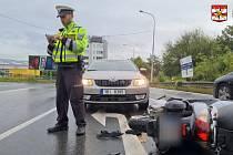 Opilá řidička narazila do motorky autoškoly.
