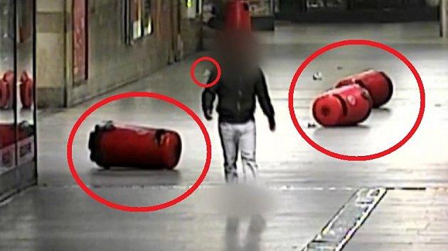 Mladík v podchodu rozkopal odpadkové koše