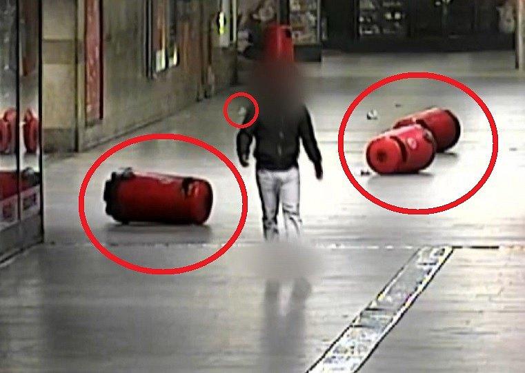 Mladého muže ve čtvrtek v noci rozčílilo, že mu spadla na zem svačina, kterou už potom nemohl sníst. Jeho počínání zachytily kamery městské policie.