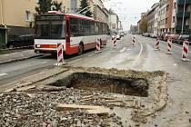 Jáma v silnici ohrožuje lidi v brněnské Provazníkově ulici.