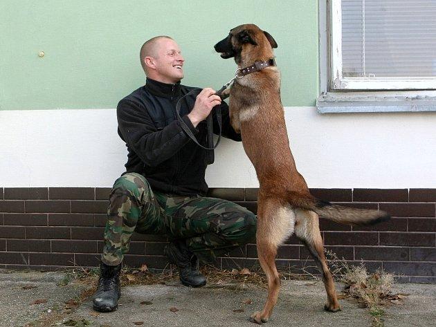 Třiatřicetiletý brněnský strážník a psovod Jiří Bravenec je figurantem už šestnáct let.