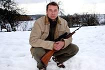 """""""Nemám žádného zaměstnance, ale spolupracuji s lidmi ze Zbrojovky. Ze Zbrojovky mám i jednotlivé součástky,"""" vysvětluje puškař Marek Hanák"""
