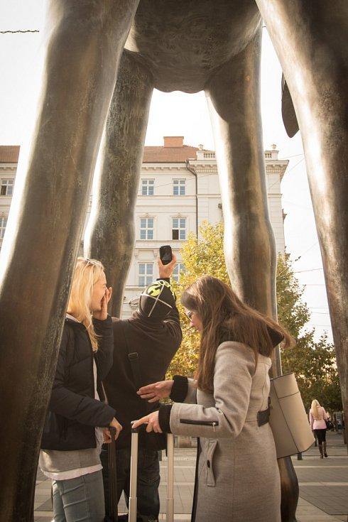 Každý den se u sochy Odvahy fotí stovky lidí. Vyhledávají především pohled zespodu, kde jsou při správném úhlu pohledu vidět mužské genitálie.