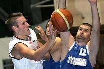 Brněnský basketbalista Štěpán Reinberger (v bílém).