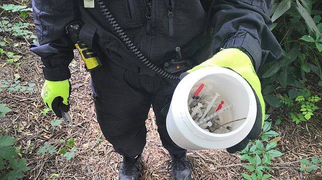 Brněnští strážníci sbírají použité injekční stříkačky povalující se v parcích či na ulicích.