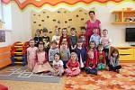 Děti ze Základní školy Rosice Zámecká - odloučené pracoviště Husova čtvrť. Na fotce jsou děti ze třídy Oranžový korálek