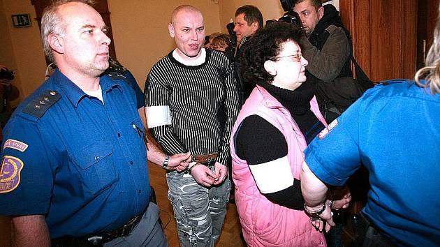 Lenka Nevřivá se synem Romanem u brněnského soudu.