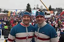 Brněnský fotbalista a známý bavič Švancara (vpravo) společně se svým kamarádem, bývalým ligovým fotbalistou a nyní televizním komentátorem Luďkem Zelenkou (vlevo), odstartovali do jubilejní Jizerské padesátky, ujeli však jen dva kilometry.