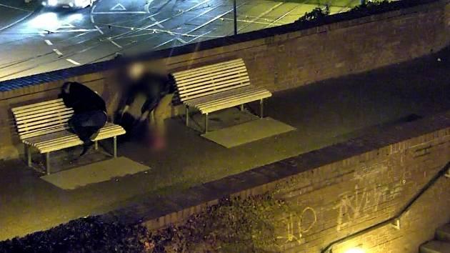Strážníci dopadli díky kamerám muže, který podle záběrů okradl spícího