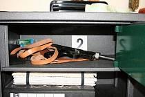 Zbraň s tlumičem, kterou našli policisté u notáře.