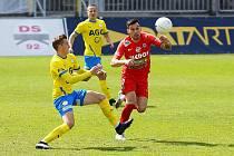 Brněnští fotbalisté (v červeném Rudolf Reiter) doma jen remizovali s Teplicemi 0:0.