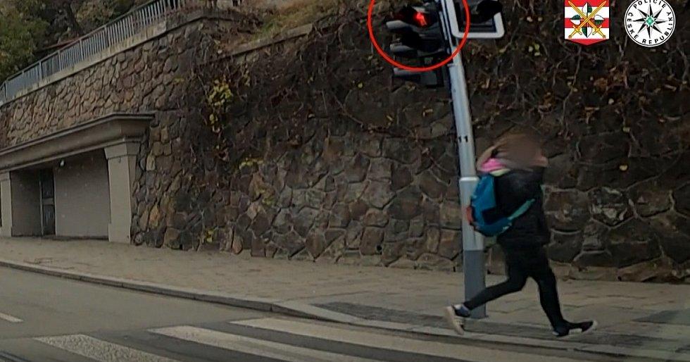 Dívka ukázala policistům zdvižený prostředník