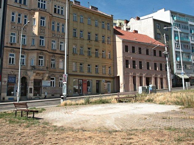 Místo mozaikového čápa je na křižovatce Pekařské a Anenské ulice jen prázdné místo.