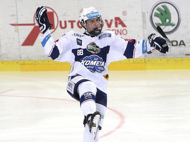 Hokejisté brněnské Komety maximálně potěšili své fanoušky. Porazili rivala ze Sparty na domácím ledě 6:2 v devátém kole hokejové extraligy. Zaskvěl se především útočník Komety Marek Kvapil, ke třem přihrávkám přidal jednu branku.