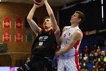 Brněnští basketbalisté (v bílém Richard Bálint) prohrávají s Nymburkem v semifinálové sérii 0:2 na zápasy.