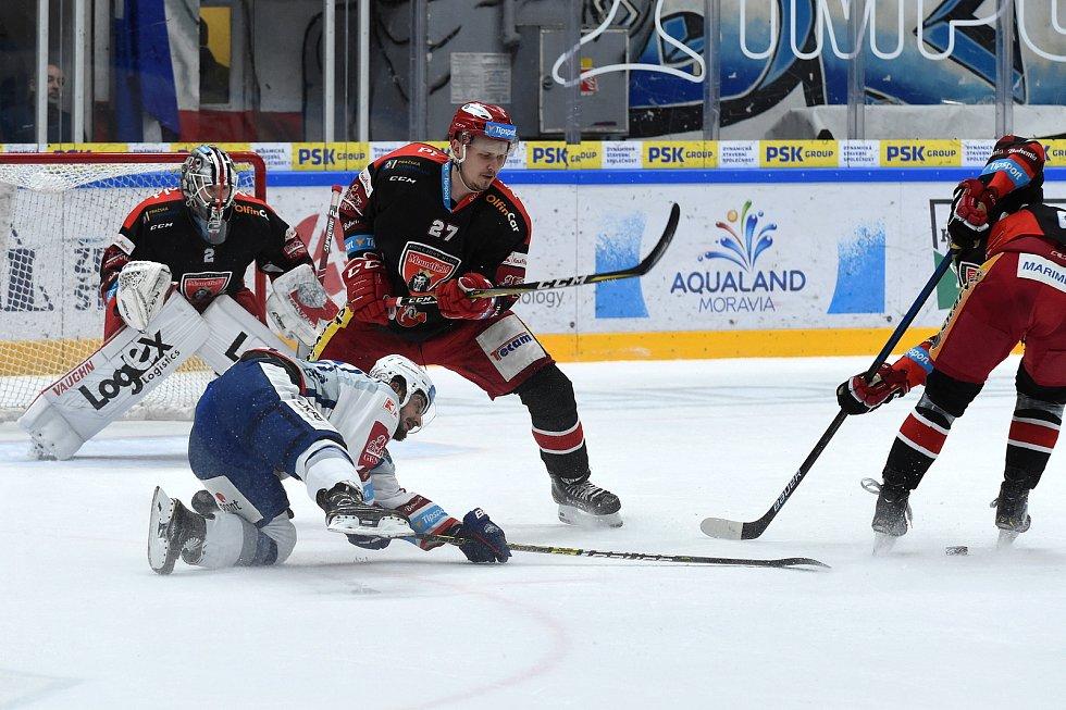 Brno 18.2.2020 - domácí HC Kometa Brno (Martin Zaťovič) v bílém proti Mountfield Hradec Králové (Oskars Cibulskis)