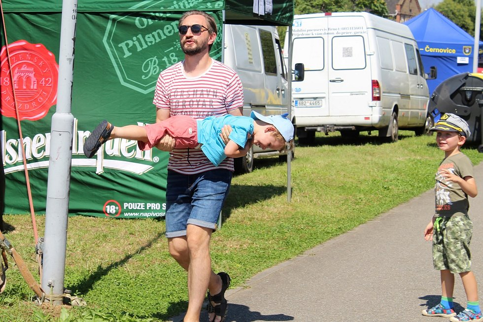 Pestrý program nabídl sobotní Festival na nábřeží. Konal se na několika místech podél řeky Svitavy od Bílovic po Tuřany. Součástí byla i neckyáda.