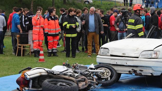 Prevence pro mladé a nezkušené řidiče: viděli záchranu vybouraného motorkáře