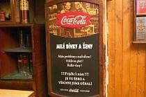 Hnutí Nesehnutí ocenilo v soutěži Sexistické prasátečko ceduli v pivním baru Čtyři růže v Brně ve Veveří ulici.