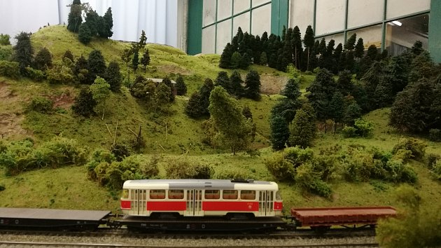 Modeláři vystavují miniaturní vlaky