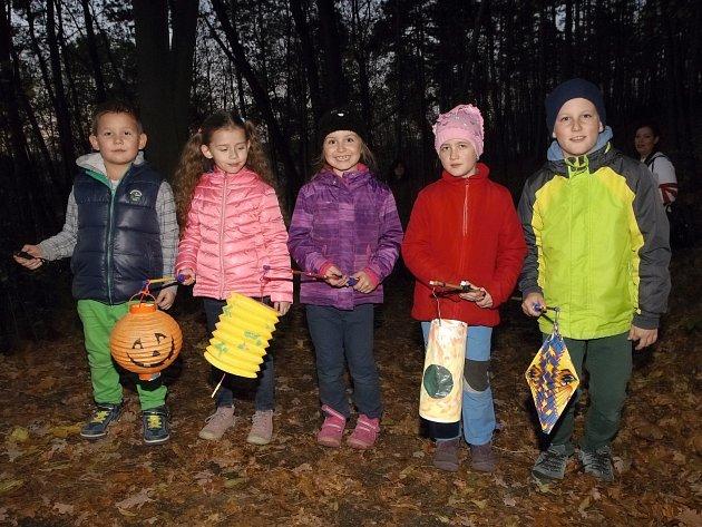Podvečerní putování s lampiony pro děti i dospělé v neděli ve Wilsonově lese v Brně pořádalo Středisko volného času Lužánky.