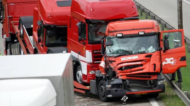 Nehoda tří kamionů na dálnici D1.