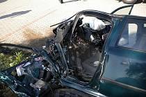 Dva řidiči skončili v nemocnici poté, co se jejich auta srazila na křižovatce u Rohlenky u Jiříkovic na Brněnsku. Pětatřicetiletý řidič Škody Octavia utrpěl vážná poranění, o dva roky starší muž v Mercedesu Benz vyvázl s lehkým poraněním.