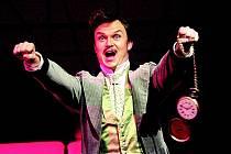 Netopýr je převlekovou komedií se zápletkou o nevěře převzatou z veselohry Vězení od J. R. Benedixe.