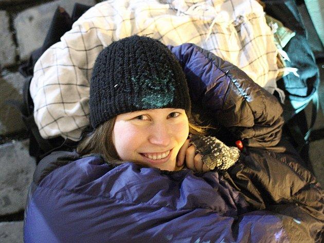 Teplo domova a pohodlnou postel vyměnila Jana Vondrová (na snímku) za kamennou dlažbu na rušné ulici. Společně s dvaceti dalšími lidmi se zapojila do akce brněnské charity.