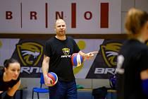 Ondřej Boula trénuje Šelmy Brno a teď opět hraje za áčko Volejbalu.