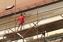 Fasáda se na některých místech odlupuje, navíc je v jiném odstínu než pilíře, které dělníci opravovali minule. Lešení na kostele zůstane až do konce září.