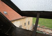 Střecha v dezolátním stavu, shnilé trámy i popraskané zdi. Ještě donedávna nepěkný obrázek vnitřního dvora oslavanského zámku. Od loňska se ale vzhled budovy postupně mění.