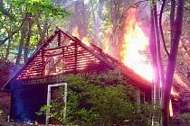 Jedná se o neobydlenou dřevěnou chatku, potvrdili jihomoravští hasiči.