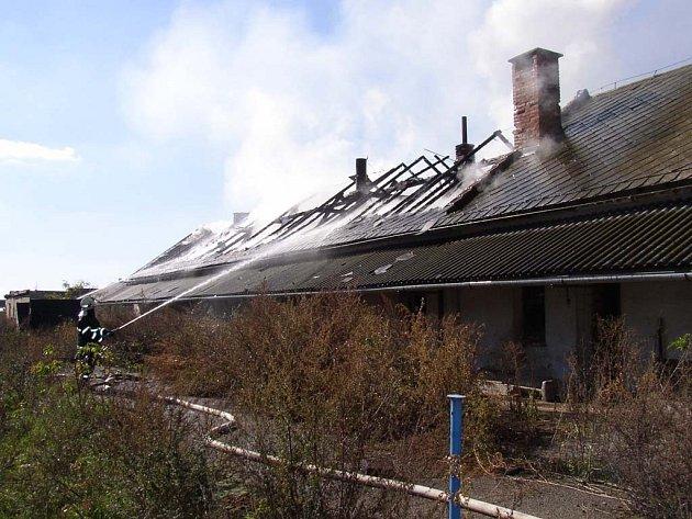 Hašení střechy vepřína.