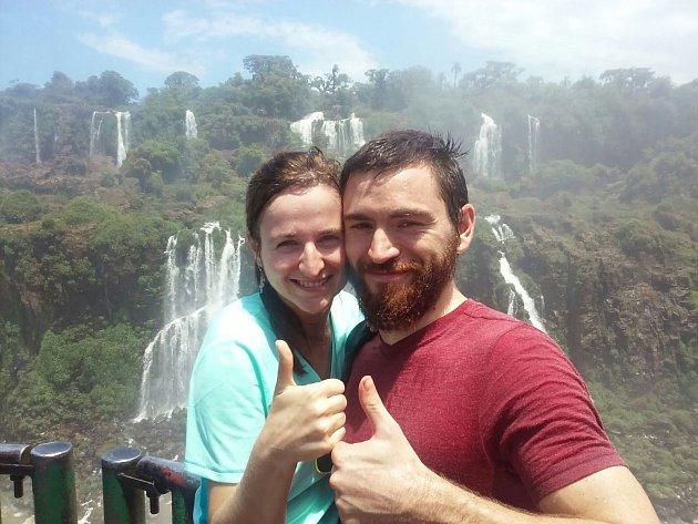 V druhém díle seriálu dobrodruzi popisují, jak je v Brazílii pár dní po příletu přepadli bandité. Dvojice se však z nepříjemného zážitku rychle otřepala a pokračovala dál.