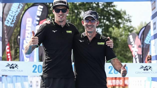 Pořadatelé Czechman triatlonu Tomáš Petr (vpravo) s Petrem Keclíkem.