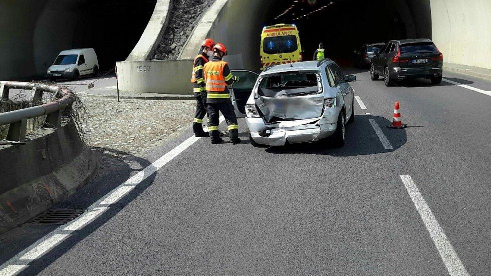 Řidiči si musí dát pozor při vjezdu do Pisáreckého tunelu směrem na D1. Dvě osobní auta zde do sebe narazila těsně před desátou hodinou dopoledne.