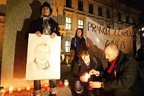 Prvního českého prezidenta lidé uctili na průvodu svíčkami.