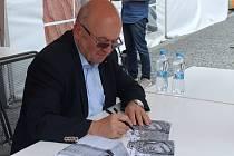 Jediný československý kosmonaut Vladimír Remek se lidem podepisoval na náměstí Svobody.