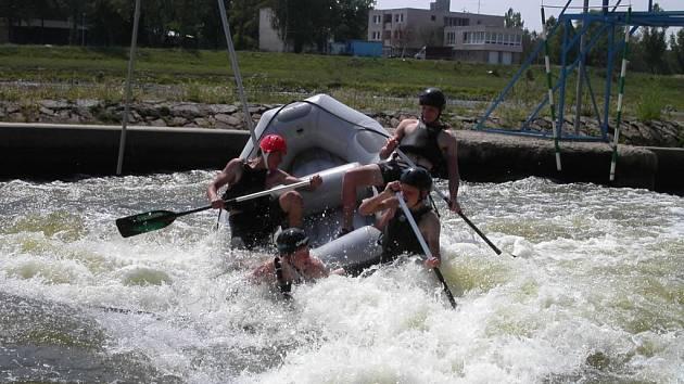 Mezi darované adrenalinové zážitky může patřit i jízda na raftu v divoké vodě.