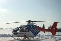 PŘISTÁNÍ V ZIMĚ. Letecký tým jihomoravských záchranářů zasahuje v těžkých a akutních případech.