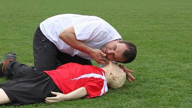 Fáze 1: Při zástavě srdce musíme rozpoznat, zda člověk dýchá. Fotografie vznikla při natáčení projektu Masarykovy univerzity Na hřišti i na vodě být s dětmi vždy v pohodě.