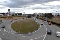 Křižovatku s částí kruhového objezdu ve Sportovní ulici, kde se každé ráno tvoří kolona aut mířících do centra města, dostaví stavební firma na úplný kruhový objezd.