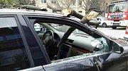 Kvůli silnému větru spadla část stromu na auto v brněnské Křídlovické ulici. Poničená byla i střecha nebo zeď domu.