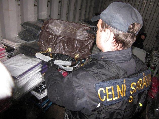 Celníci zabavili na tržnici přes šest tisíc kusů zboží.
