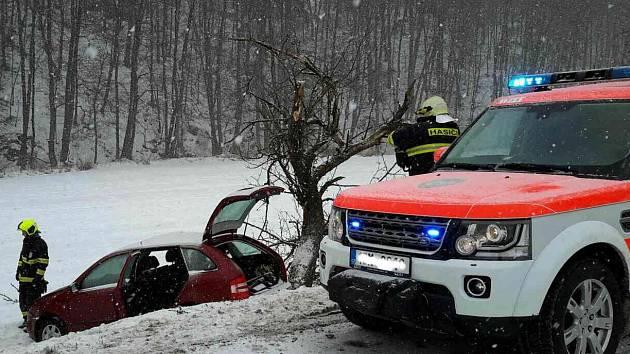 V souvislosti s hustým sněžením jihomoravští hasiči v úterý zasahovali u 16 dopravních nehod v kraji.