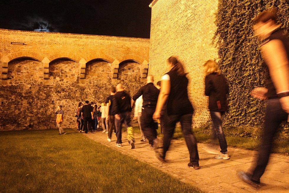 Redaktorka Brněnského deníku Rovnost Michalela Benešová si spolu s dalšími zájemci aspoň na chvíli vyzkoušela tvrdý život věžňů v kasematech brněnského hradu Špilberk.