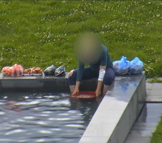 Čištění masa vbrněnské fontáně před Janáčkovým divadlem.