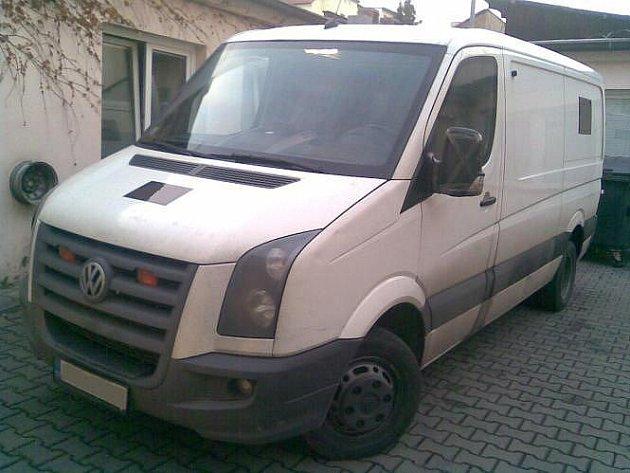 Dodávku typu Volkswagen Crafter hledají policisté.