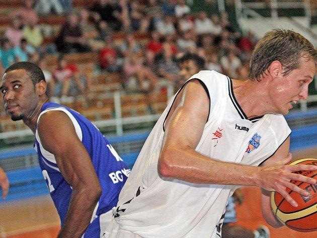 Jiří Černošek (vpravo), křídlo brněnského Basketballu Brno.